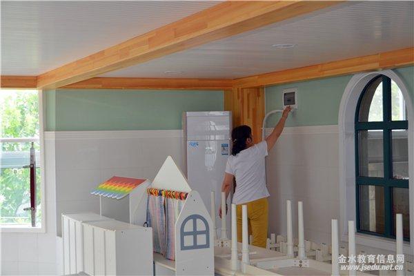 为教室贴上封条 安全工作领导小组查看了幼儿园环境,对幼儿园楼房墙面、天花板、楼梯围栏、操场花树、地板、体育活动器械等进行了全面细致的大检查,详细排查园内的安全隐患。接着又查看幼儿园的门岗室、食堂、各个教室、功能室等,对卫生死角进行了严密监控和指导,要求做到安全整洁美观。查看每层楼消防器械,确保消防器械能正常使用。